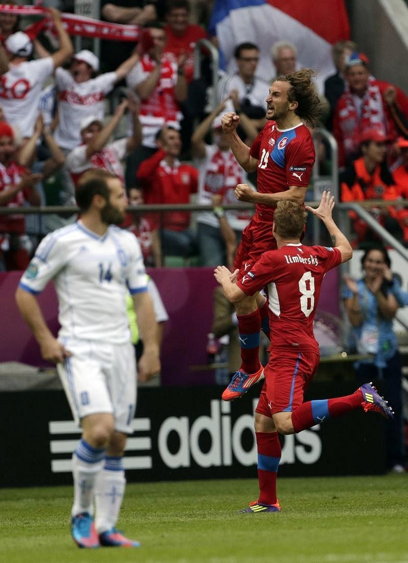 Petr Jiráček se s Davidem Limberský raduje z úvodního gólu proti Řekům