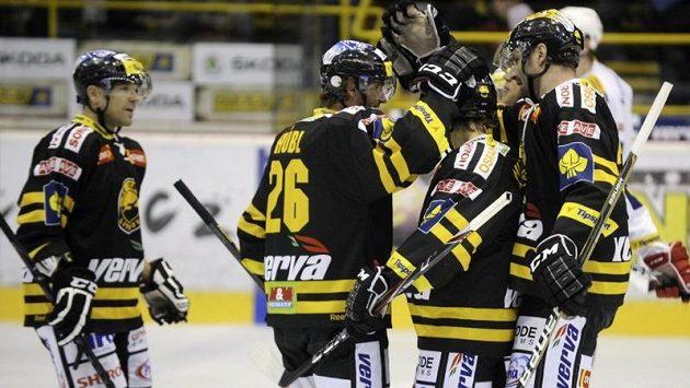 Radost litvínovských hokejistů ze vstřelení úvodní branky zápasu, jejímž autorem byl Viktor Hübl (druhý zleva).