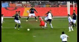 Iker Casillas padá v bolestech na trávník.