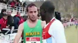 Vedoucí běžec si spletl cíl, jeho protivník ho upozornil a férově ho nechal zvítězit