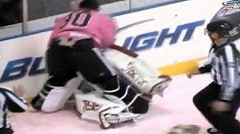 Bitka v AHL, pral se i gólman Mrázek.
