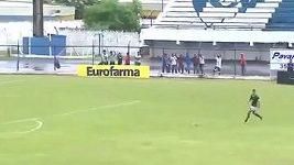 Neuvěřitelný gól v podání brazilského brankáře Diega.