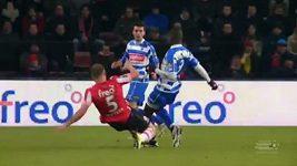 Zákrok obránce PSV Eindhoven a jeho následné chování poté, co obdržel červenou kartu.