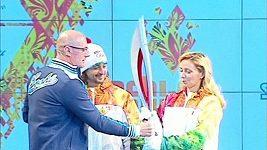 Krasobruslaři Ilja Averbuch (vlevo) a Taťána Navková představili olympijskou pochodeň pro zimní hry v Soči.