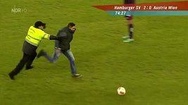 Fotbalový fanoušek Hamburku na trávníku