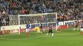 Brankář Rangers Neil Alexander hrubě chyboval v zápase proti Elgin City.