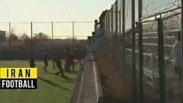 Fotbalisté v Íránu napadli fanoušky