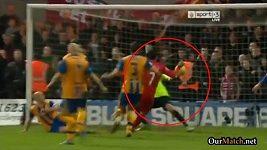 Suárezova ruka v zápase proti Mansfieldu.