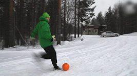 Finský brankář Lassi Hurskainen umí s míčem parádní kousky