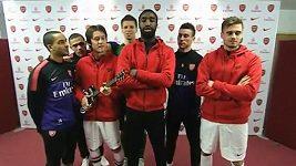 Hvězdy Arsenalu zpívají upravené vánoční písně.
