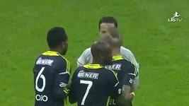 Chování Raula Meirelese po obdržení červené karty.