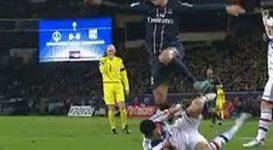 Kopnutí Zlatana Ibrahimovice do hlavy soupeře.