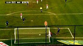 Van Gijseghem kličkoval s míčem k vlastní bráně.