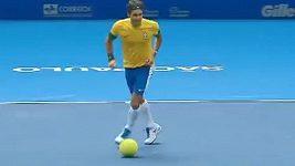 Roger Federer hraje fotbal