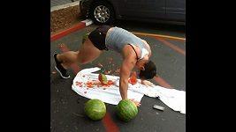 Drtička melounů Kortney Olsonová.