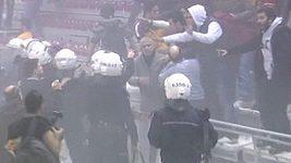 Policie krotila slzným plynem rozvášněné fanoušky na basketbalovém zápase vozíčkářů