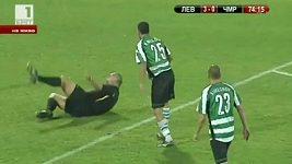 Bulharský fotbalista srazil rozhodčího