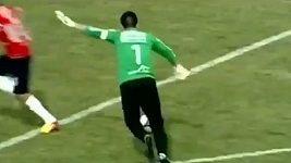 Bolivijský fotbalový brankář vymetl z přímého kopu šibenici.
