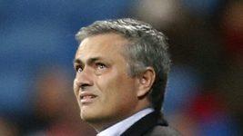 José Mourinho poslouchá reakce fanoušků před zápasem s Atlétikem.