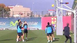 Fotbalisté Barcelony hlavičkují na basketbalový koš.