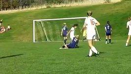 Faul kolenem ve fotbalovém utkání žen