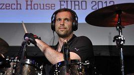 Petr Čech zahrál českým tenistům na bicí píseň Eye of the Tiger.