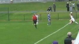Protihráčka trefila dvakrát soupeřku míčem do hlavy.