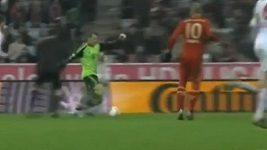 Brankář Manuel Neuer v roli záložníka.