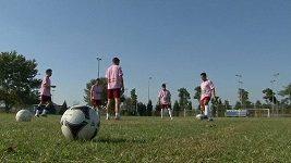 Fotbalisté hrají v růžových dresech, sponzorují je totiž erotické kluby