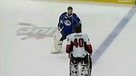 Jedna z bitek v AHL, do níž se zapojili i brankáři