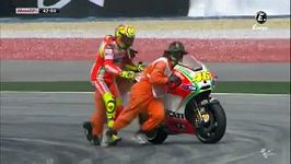 Tahanice Rossiho s pořadatelem o motorku.