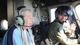 Oslavenkyně Dana Zatopková ve vrtulníku