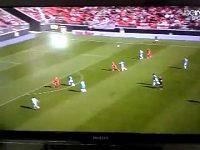 Kiks brankáře Olympique Marseille.