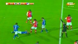 Fotbalista Bedoya šlápnul protihráči na hlavu.