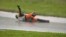 Motocyklový závodník simuluje fatální zranění