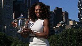 Serena Williamsová pózuje s pohárem