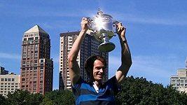 Andy Murray pózoval s pohárem v New Yorku, pak ho na recepci u britského konzula přivítal dudák