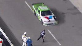 Jezdec v seriálu NASCAR neudržel nervy na uzdě
