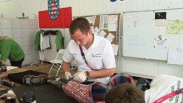 Technici připravují protézy a vozíky pro sportovce na paralympiádu