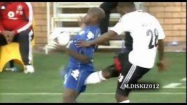 Fotbalista inkasoval bolestivý úder do intimních partií