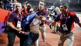 Policie zatýká muže, který hodil po Boltovi láhev