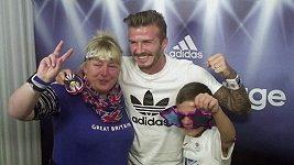 David Beckham překvapil fanoušky v nákupním centru, nechal se s nimi vyfotit