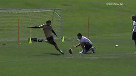 Petr Čech kope do míče na americký fotbal