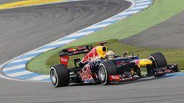 Vettel předjíždí při GP Německa Buttona