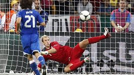 Penalta Pirla ve čtvrtfinále proti Anglii.