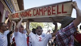 Angličtí fanoušci symbolicky uložili Sola Campbella do rakve