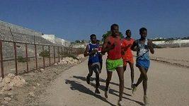 Somálští atleti se připravují v prachu rozbombardovaného stadionu