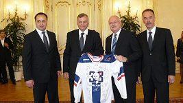 Prezident Ivan Gašparovič přebírá dary od stříbrných hokejistů