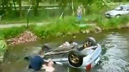Diváci zachránili posádku vozu, který při závodech skončil na střeše ve vodě