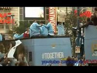 Carlos Tévez s hanlivým transparentem na kouče Fergusona